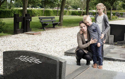 Image of young woman and two kids at grave. Contact a Land O' Lakes wrongful death lawyer.